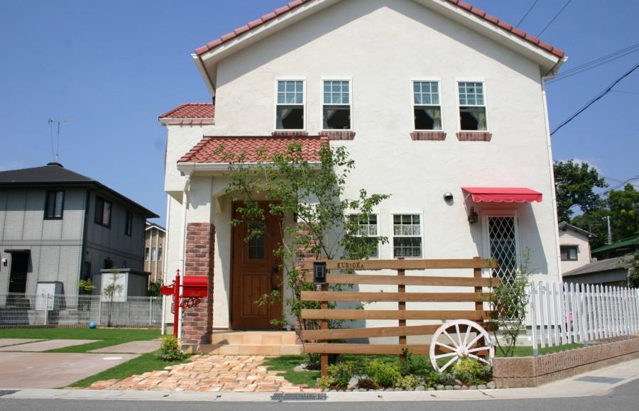 赤い屋根と白い壁