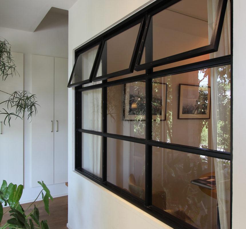アイアン製の室内窓