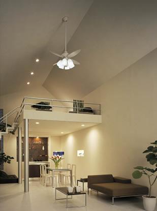 勾配天井とファン付きライト