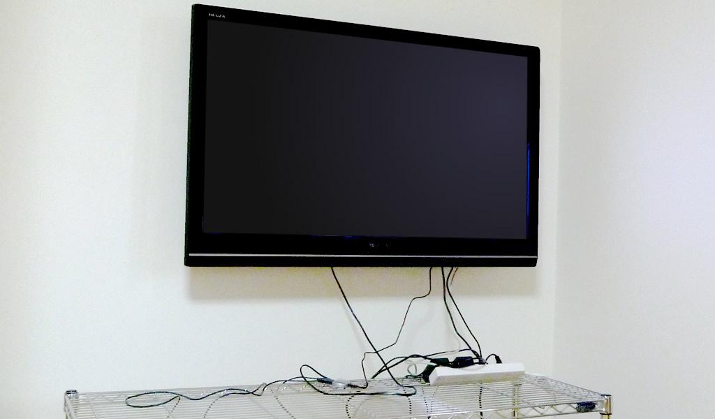 壁掛けテレビのコードが邪魔